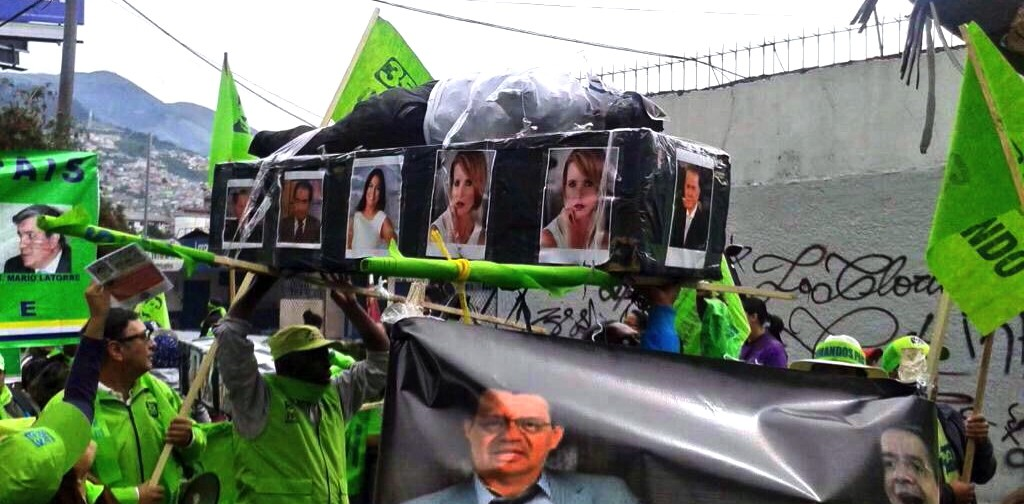 Rafael Correa supporters carry a coffin with a faux corpse and images of journalists who dare to question the Ecuadorian president. (@ResistenciaEC1)