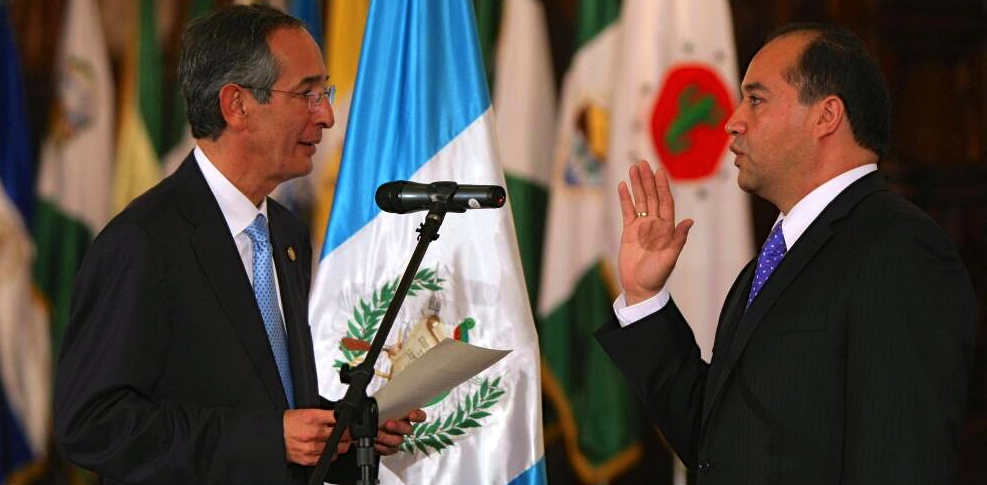 President Álvaro Colom swears in Conrado Reyes as Guatemala's new attorney general in 2010. (@elPeriodico)